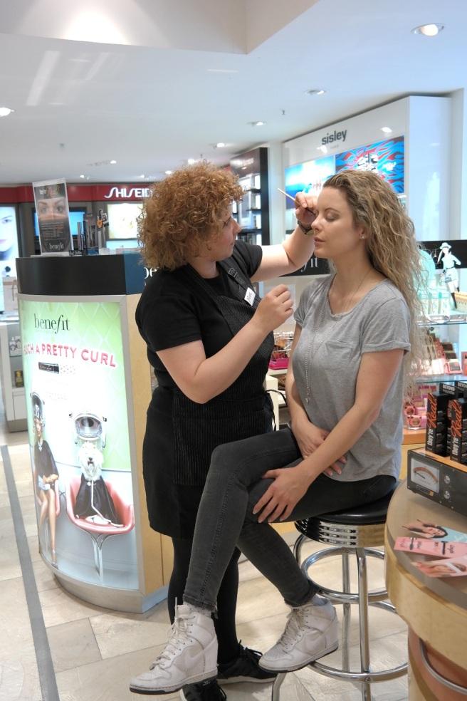 benefit kosmetik counter kaufhof schminken lassen termin beratung make up