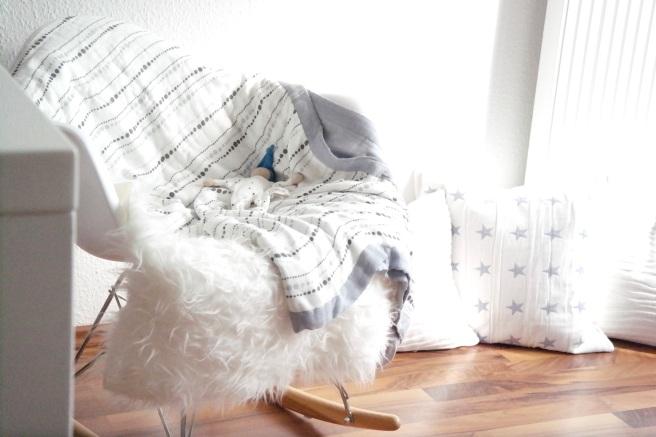 Kuscheln Auszeit Baby Kuschelecke Schaukelstuhl Rituals Duftkerze Atmosphäre Entspannen