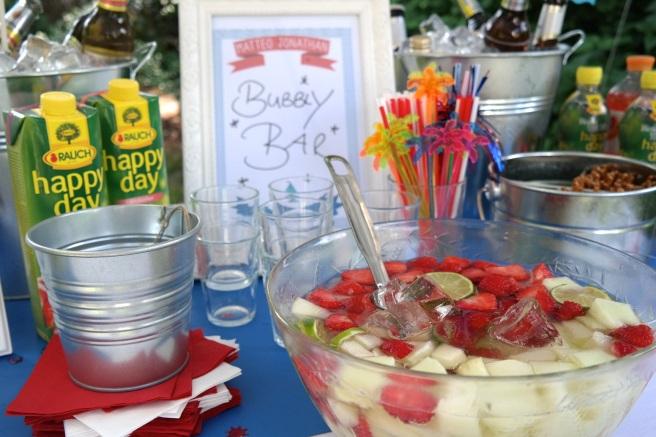 Taufe besondere Ideen Taufheft Kirchenheft Liederheft Dekoration Gartenparty Gartenfest draußen feiern maritim Getränkebar Getränke präsentieren Bar selbstmachen Bubbly Bar