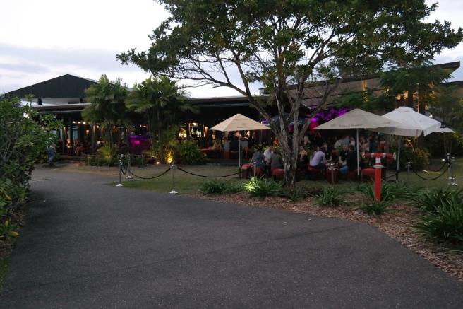 #missbbdownunder ostküste australien autofahren roadtrip mit kind baby cairns reiseblog erfahrung tipps salthouse bar restaurant hafen Wasser open air