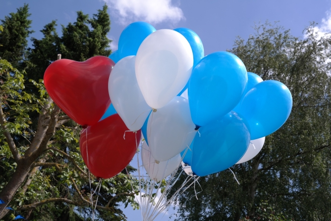 Taufe Luftballons steigen lassen Postkarten Gartenparty Sommerparty