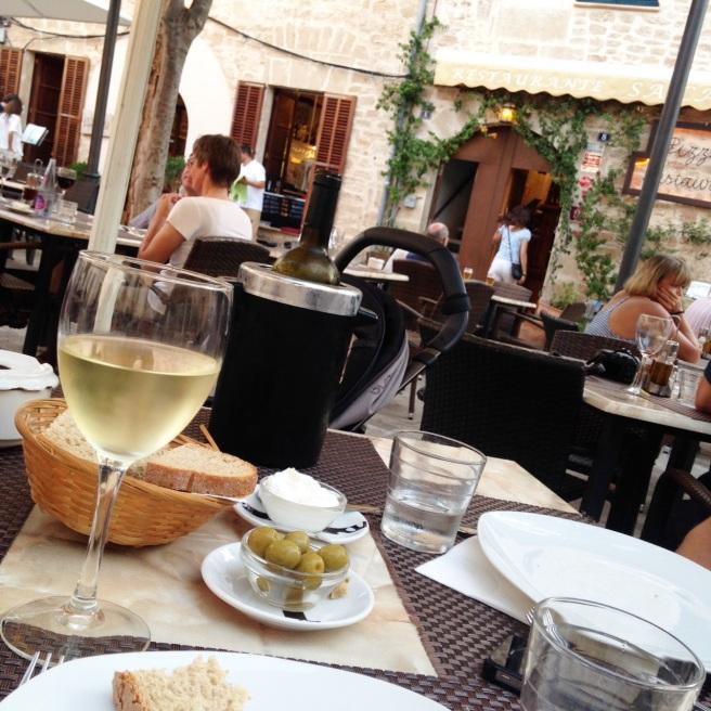 Reisen mit Baby Alcuida Mallorca Urlaub Reiseblog Tipps Essen Restaurant Cocktails Lounge Altstadt Alcudia Restauranttipp