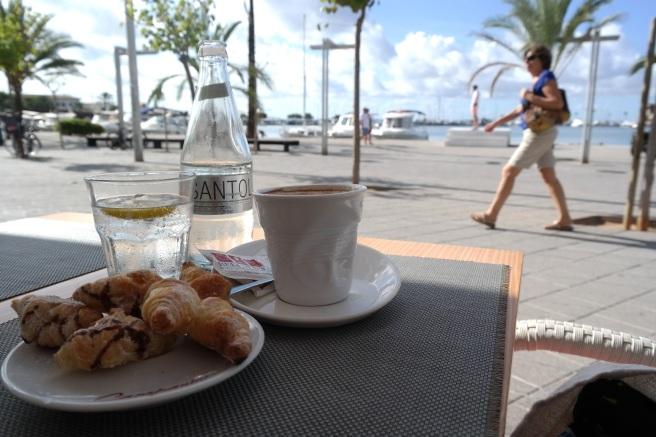 Reisen mit Baby Alcuida Mallorca Urlaub Reiseblog Tipps Essen Restaurant Cocktails Lounge Strand Promenade Kinderwagen bellavista