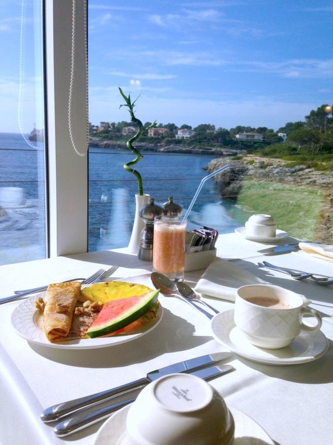 Mallorca Reiseblog Puravida Hotel Portopetro Suite Mamablog Reisen mit Kindern Meerblick Frühstück